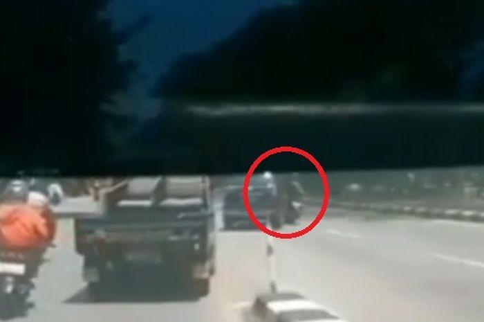 Kecelakaan, pengendara motor tabrak mobil yang pindah jalur
