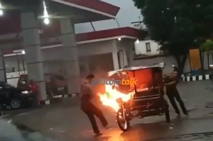 Becak motor (bentor) terbakar di depan SPBU di Medan, Sumut.