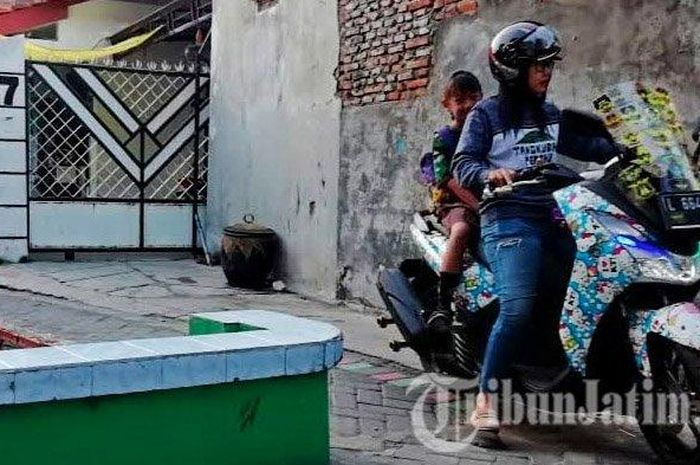 Likah Widodo, satu diantara Ibu-Ibu dari Komunitas Indonesia Lexi Club (ILC) Chapter Surabaya saat mengantar anaknya berangkat sekolah dengan menggunakan Yamaha Lexi.
