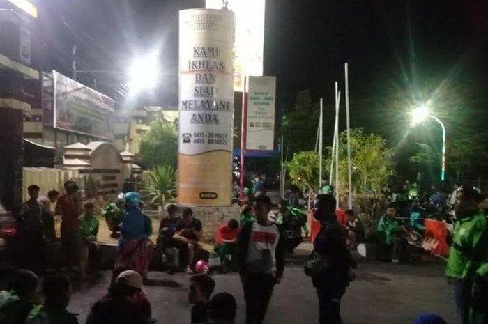 Puluhan driver ojek onlien tampak mendatangi Mapolrestabes Makassar.