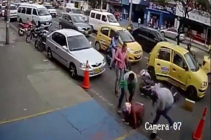 Pemotor Jatuh Karena Pintu Mobil Mendadak Terbuka, Malah Timpuk Helm ke Pejalan Kaki