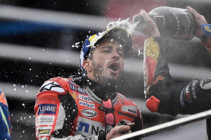Andrea Dovizioso merayakan kemenangan di MotoGP Valencia 2018 sekaligus selamatkan pamor pembalap Italia terakhir kalinya menang di 2005 silam