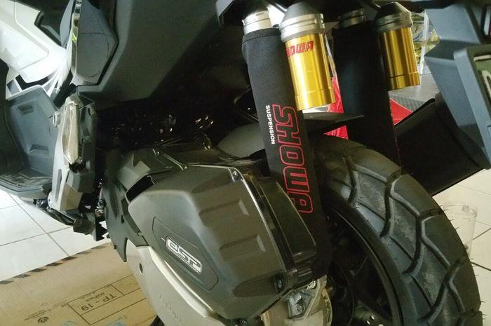 Cover sokbreker terpasang pada Honda ADV 150