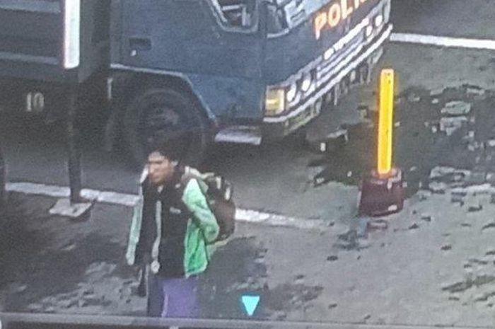 Sosok Pelaku Bom Bunuh Diri Polrestabes Medan Terekam CCTV, Pakai Jaket Ojol dan Bawa Ransel.