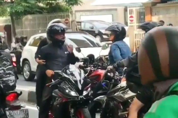 Pengendara Yamaha R15 arogan melawan arus, malah memarahi dua pemotor yang menegurnya, klarifikasi pengendara tersebut malah bikin geram netizen