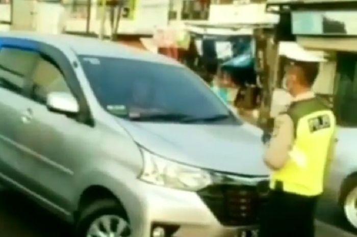 Pengemudi mobil tolak diberhentikan dan tabrak polisi di Bekasi Timur.