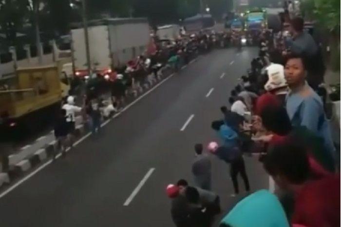 Suasana balap liar di Sidoarjo sebelum penonton tertabrak joki balap liar.