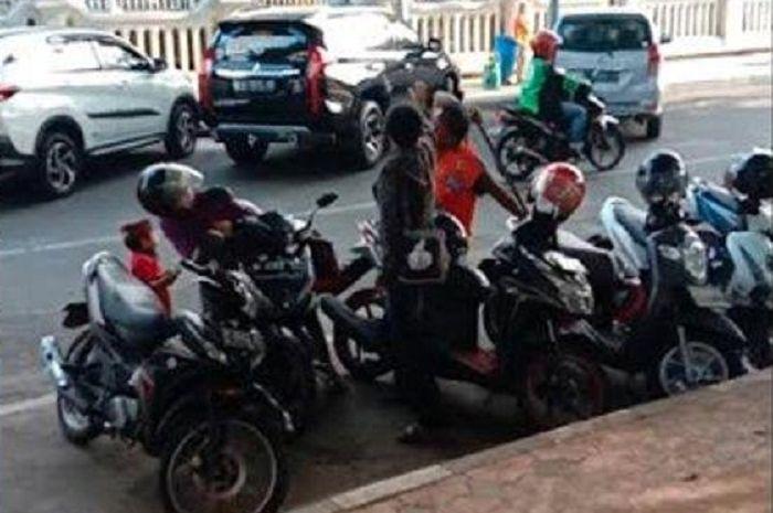 Tukang parkir terlibat pemukulan seorang pemotor perempuan di alun-alun Gresik.