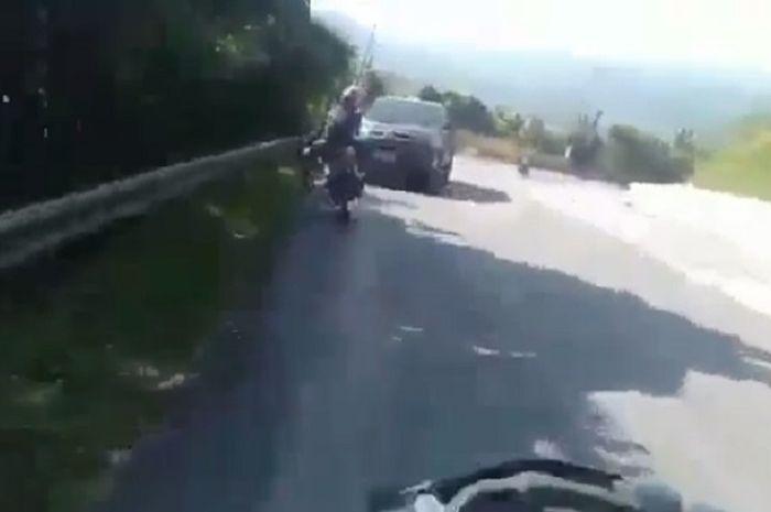 Melebar di tikungan, pengendara motor ditabrak mobil dari lawan arah