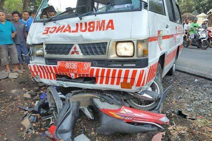 Ambulans tabrak 4 motor di Jawa Timur, motor sampai rusak berat
