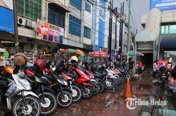Sejumlah sepeda motor terparkir di jalur pedestrian di Jalan Gatot Subroto, Medan, Sumatera Utara, Kamis (7/11/2019)