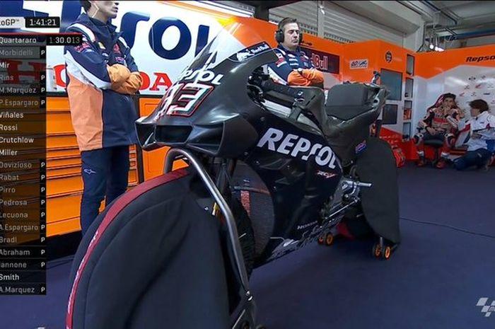 Tampilan motor MotoGP Honda RC213V aerofairingnya mirip-mirip empunya Ducati Desmosedici GP