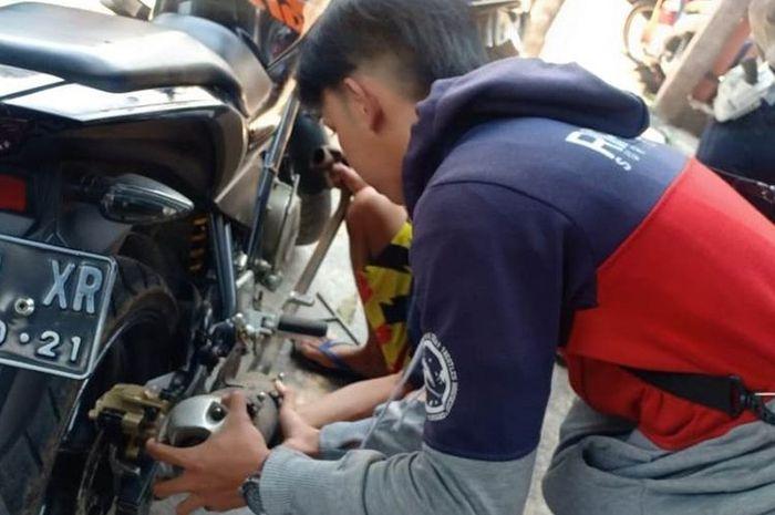 Satlantas Polres Cianjur, Jawa Barat, menindak pengguna knalpot racing dan langsung disuruh menggantinya dengan knalpot standar, Rabu (20/11/2019).