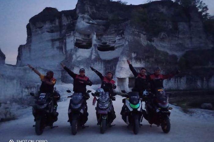 Menjelang sore di bukit Jeddih, rombongan berfoto bersama dengan Yamaha NMAX.