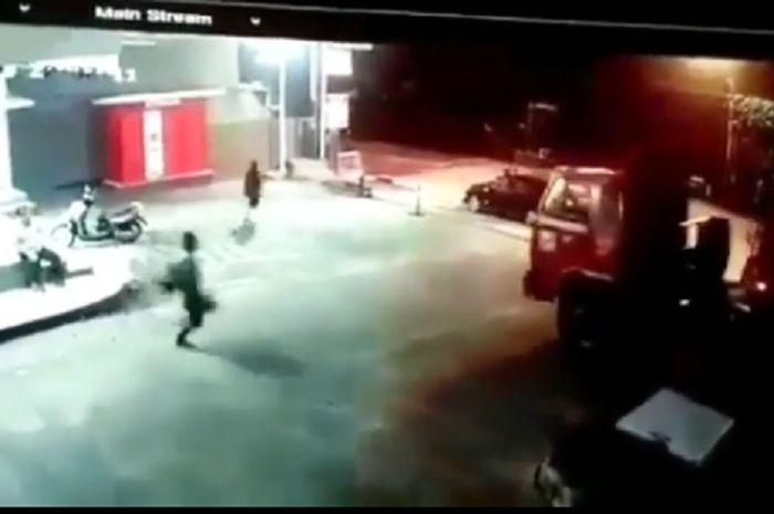 Video detik-detik truk tangki BBM jalan sendiri akibat sopir lupa menekan rem tangan.