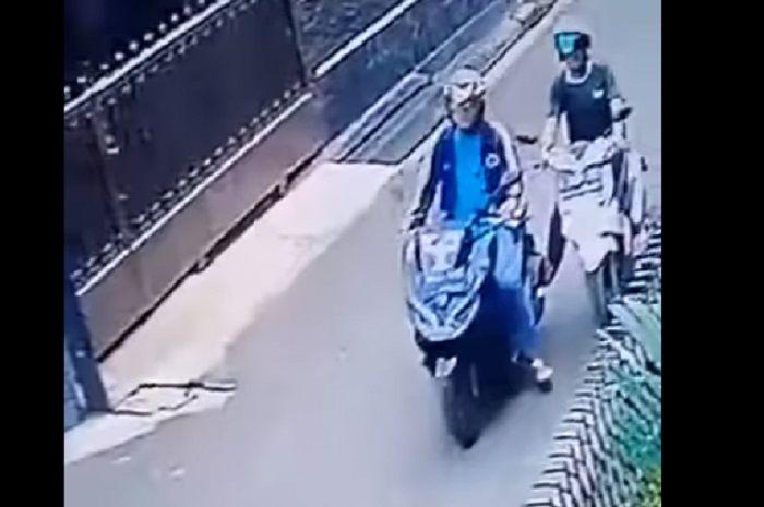 Kawanan maling berhasil melarikan Honda PCX150 di kawasan Tebet, Jaksel.