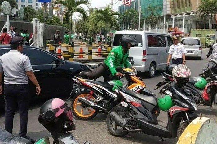 Driver ojek online menolak ditertibkan oleh Dishub, karena parkir liar di kawasan Pluit, Jakarta Utara