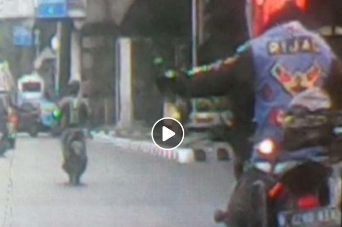 Oknum bikers dari komunitas PIJAR rusak kaca spion mobil.