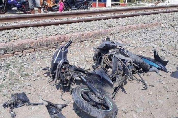 Honda Vario hancur ditabrak kereta api, pemotor tewas di lokasi kejadian.