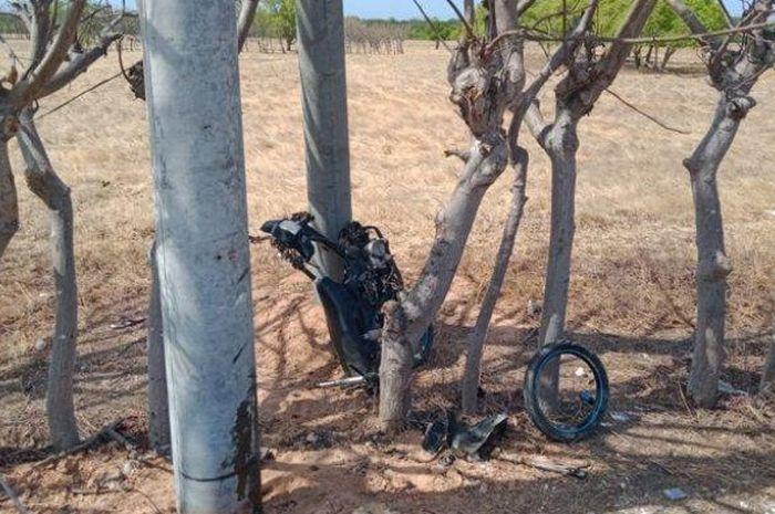 Ujang Haryadi (22) tewas setelah sepeda motor yang dikendarainya menabrak tiang listrik di bahu jalan.