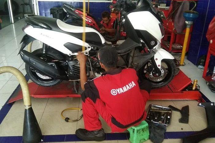 Ilustrasi servis dan ganti oli Yamaha NMAX.