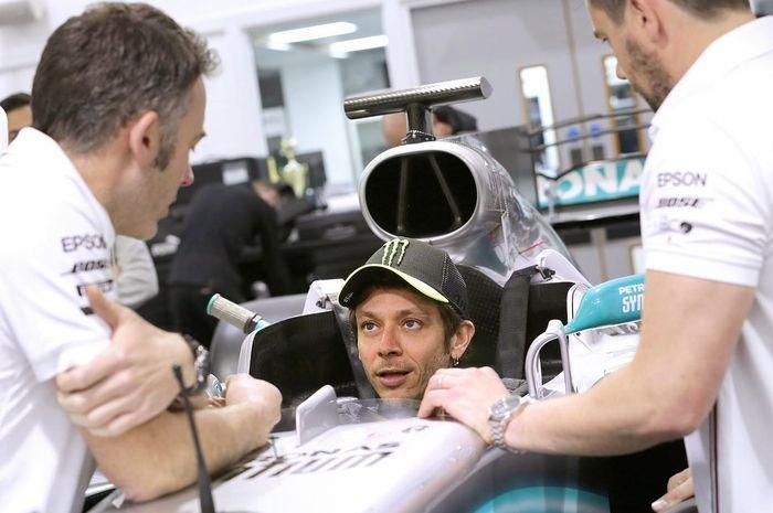 Valentino Rossi mengunjungi markas Mercedes-Benz F1 di Brackley Inggris dalam rangka seat fitting untuk menjajal mobil Lewis Hamilton di Valencia, (9/12/2019) mendatang