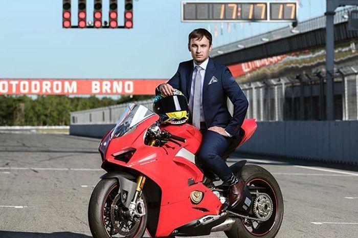 Karel Abraham berpose di motor Ducati Panigale V4R dengan setelan jas keren buat pose keren waktu menunjukkan pukul 17:17,17 yang jadi nomor andalannya Karel Abraham saat balap di MotoGP