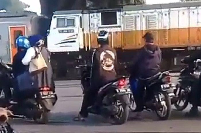 Pemotor terobos pintu perlintasan kereta api di Bandung