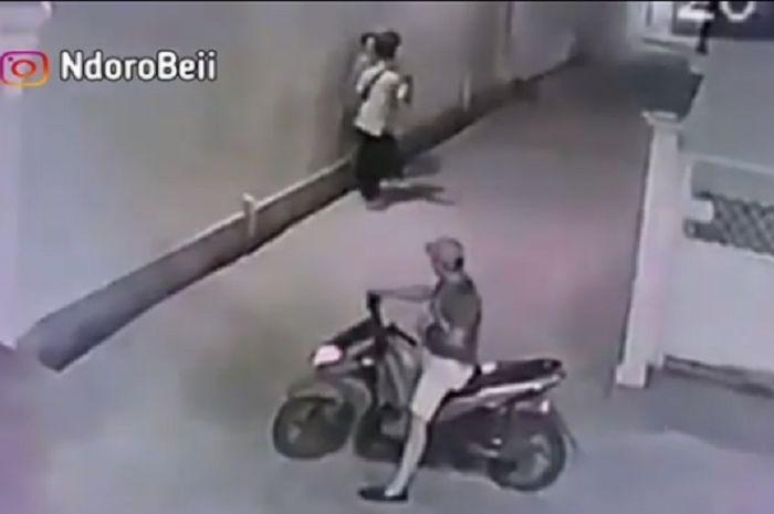 Pelecehan seksual kepada seorang wanita oleh bocah naik Honda BeAT