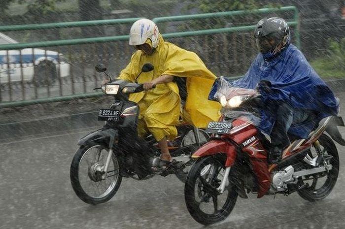 Ilustrasi penggunaan jas hujan ponco yang dipakai pengendara motor