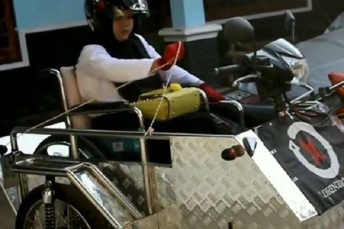 Penyandang disabilitas tetap semangat menjalani aktivitas dengan motor roda tiga.