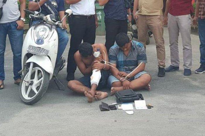 Dua bandit yang merampok seorang ibu rumah tangga dengan cara bengis akhirnya ditangkap Unit Pidum Polres Binjai, Selasa (10/12/2019).