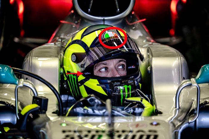 Helm Valentino Rossi saat menggeber mobil Mercedes F1 di sirkuit Ricardo Tormo Valencia (9/12/2019) logo luarnya terpampang AGV (lingkaran merah) sementara Stilo terlihat di busa dalam (tanda panah merah).