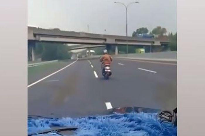 Pemotor nekat masuk jalan tol Jakarta-Cikampek