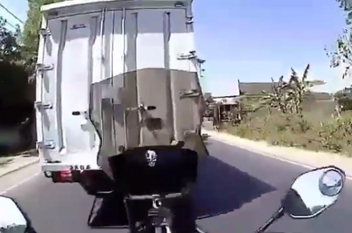 Pemotor yang berada di jalur lintas.