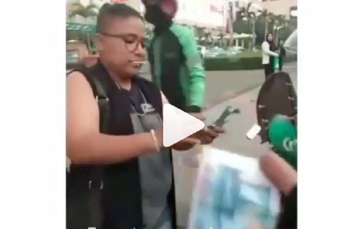 Driver ojol kegirangan ada orang bagikan uang cuma-cuma di Senayan, Jakarta.