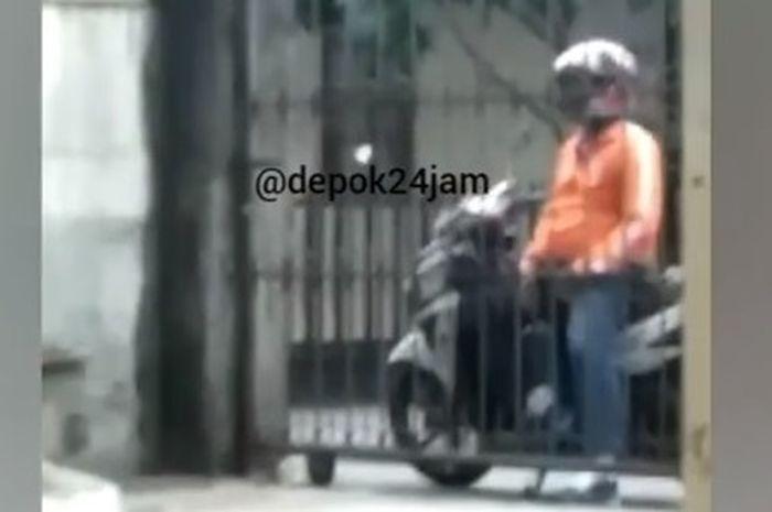 Cowok onani sambil duduk di atas motor