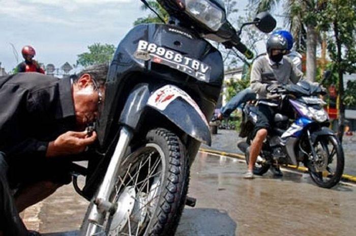 Busi motor yang sudah terendam banjir masih bisa dipakai.