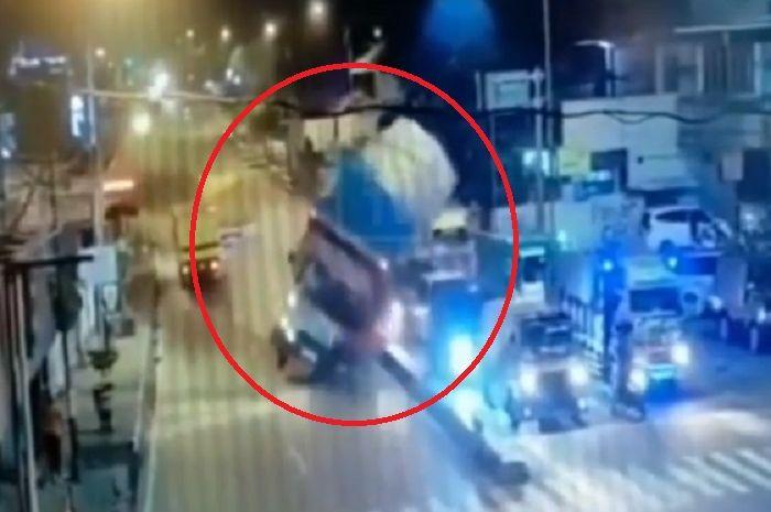 Truk pengangkut wafer oleng dan hantam deretan mobil di alun-alun Ungaran, Jateng.