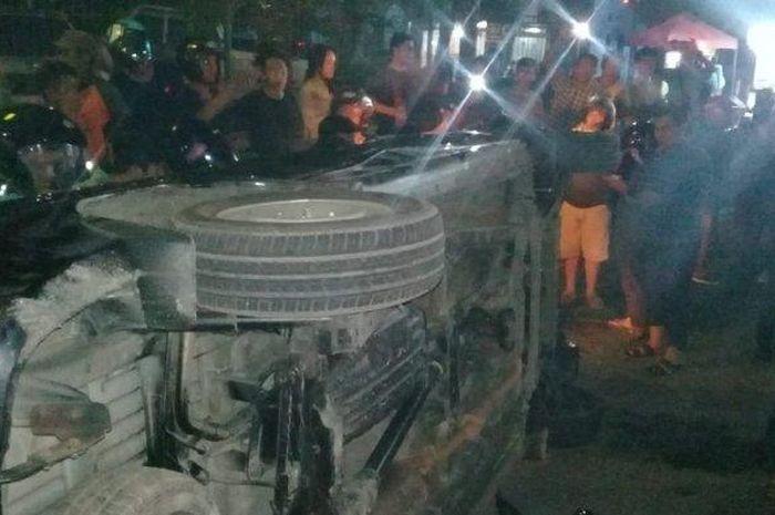 Sebuah mobil diamuk massa setelah menabrak beberapa pemotor di Makassar
