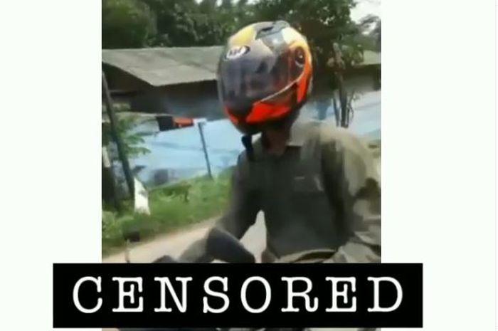 Pengendara motor malah pamer alat kelamin di jalan raya.