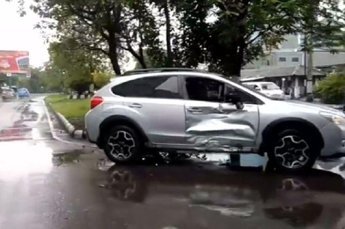 Pintu mobil Subaru XV ringsek dihantam motor, satu orang meninggal dunia.