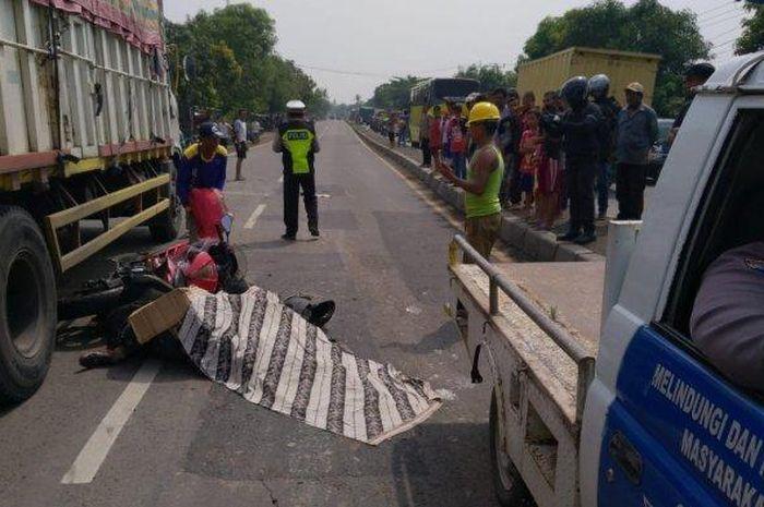 Pengemudi motor Kawasaki Ninja tewas terlindas tronton di Indramayu.