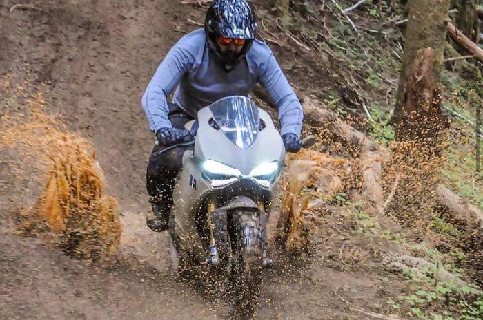 Modifikasi Ducati Panigale 1199 jadi motor sport ahlinya trabas alam.