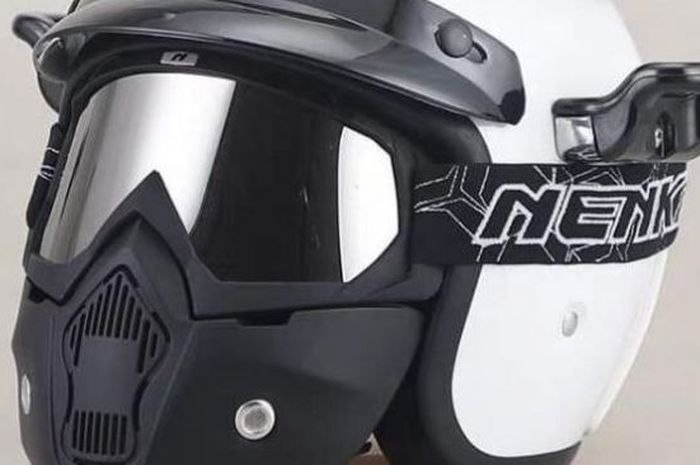 Model helm half-face berwarna putih.