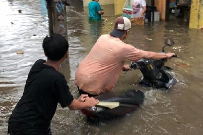 Ilustrasi motor matic yang terendam banjir