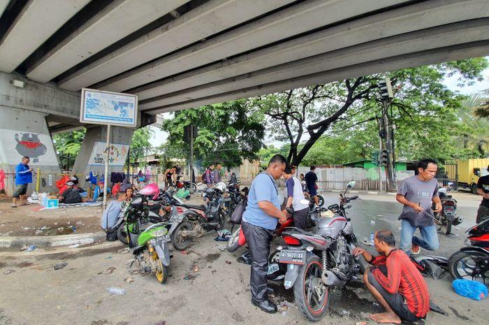 Kolong Flyover Pesing, Jakarta Barat jadi bengkel motor dadakan.