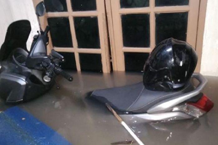 Yamaha NMAX terendam banjir di Bekasi.