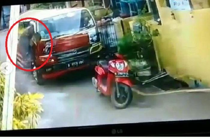 Maling bertopi malah tega ambil duit milik supir truk tinja sebesar Rp 250 ribu.