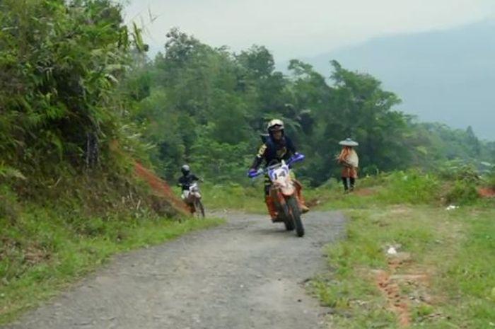 Ilustrasi pengguna motor trail yang diajak bantu korban banjir bandang.